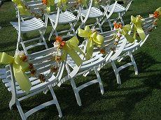 白い椅子にレイの飾り